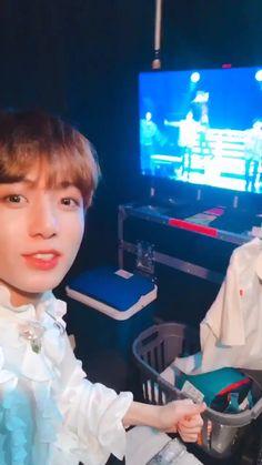 Happy and cheerful watching his Hyung perform 😚😚💜 Kookie Bts, Jungkook Oppa, Bts Bangtan Boy, Foto Bts, Bts Photo, K Pop, S Videos, Bts Funny Videos, Jikook