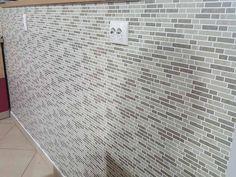 Autocoloant imitatie mozaic intercalat in nuante de gri Mozaic, Tile Floor, Flooring, Texture, Modern, Kitchen, Crafts, Design, Surface Finish