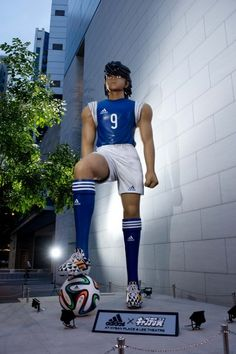 Gigantic 5 meter Captain Tsubasa statues take over Hong Kong with help from Adidas for the 2014 World Cup Captain Tsubasa, Oliver Benji, Hong Kong, Soccer Art, Football Art, Anime News Network, Made In Japan, Manga Comics, World Cup