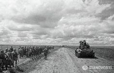 A Maior batalha de tanques da História - A Operação Cidadela e a Batalha de Kursk - História Ilustrada Unidades de reserva russas avançam para a linha de frente em Kursk. O Rolo compressor soviético começar a tomar força. (Reprodução/en.ria.ru/photolents/20130705/182073194_9/Battle-of-Kursk-Began-70-Years-ago.html)