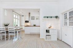 FINN – BESTE TORSHOV - Lys og romslig 2-roms med god takhøyde, orginale tregulv og peis i flott torshovgård | Moderne med klassiske detaljer