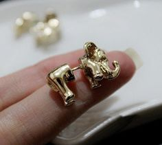 A very creative earrings Size: 2.5 * 1.2cm or so
