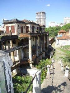 Na Rua Martiniano de Carvalho fica uma das construções mais inusitadas da cidade, a Vila Itororó. Construída em 1922 pelo empresário português Francisco de Castro, consistia de um casarão de 4 andares, e 37 casas ao redor, perfazendo uma área total de 4.500 m².  Foi a primeira residência particular a ter uma piscina, que era abastecida com as águas da nascente do Riacho Itororó, que passava por ali. Foi a primeira vila da cidade de São Paulo.