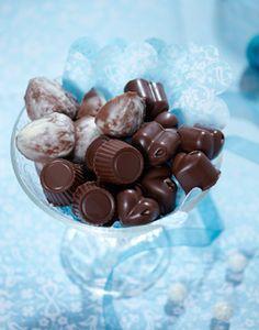 Uhm! Hjemmelavede chokolader med fyld! Chocolate Treats, Homemade Chocolate, Christmas Candy, Christmas Treats, Easter Snacks, Danish Food, Arabic Sweets, Chocolate Heaven, Homemade Candies