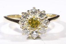 585/14krt geel gouden entourage ring bezet met een fancy gele diamant en 8 witte diamanten