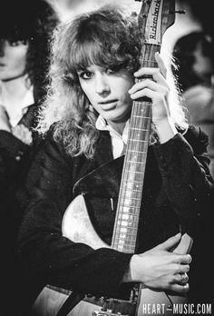 Ann and Nancy Wilson Heart Now Rock Roll, Nancy Wilson Heart, Wilson Sisters, Bass, Sisters By Heart, Women Of Rock, Guitar Girl, Female Guitarist, Rock Legends