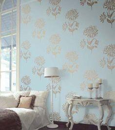 Een klassiek behangetje op de muur doet wonderen. Deze prachtige lichtblauwe met zilveren bloemen staat mooi in combinatie met witte meubels. Pas wel op: het behang is erg druk. Behang dus niet de hele woonkamer ermee! Home Wallpaper, Wallpaper Ideas, Curtains, House Styles, Stencil, Bedroom Ideas, Bedrooms, Home Decor, Blinds