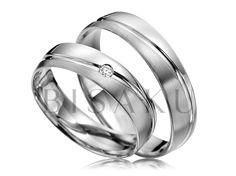 R141 Když se jemnost snoubí s grácií, není lehké tomu odolat. Řeč je právě o tomto modelu snubních prstenů, které vás nadchnou svým půvabem a nevtíravou elegancí. Oba prsteny sjednocuje lesklá linka, která je jemně zvlněná. Dámský prsten zdobí jeden kamínek. #bisaku #wedding #rings #engagement #svatba #snubni #prsteny #palladium