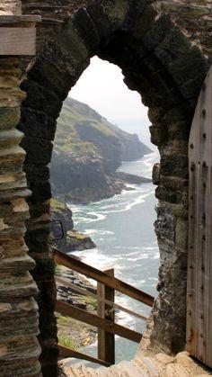 Entdecke die Tintagel Castle Ruinen der König Arthur Legende in Cornwall. Atembezaubernde Klippen und tiefenblaues Meer. #Boscastle #TintagelCastle #cornwall #reisetipp #senehswürdigkeiten