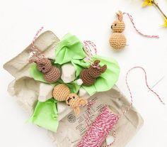 Crocheted bunnies as a magical Easter decoration - Trend Dollar Tree Gifts 2019 Dollar Tree Gifts, Dollar Tree Decor, Easter Tree Decorations, Decoration Table, Easter Crochet, Crochet Bunny, Mason Jar Candy, Crochet Ornaments, Painted Mason Jars