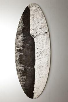 """Lluis Hortalá, """"ATLAS MINERALOGIQUE VISIONNAIRE # 1 (MASQUE)"""", 2012 Carbón y polímeros sobre madera. 234 x 88 x 14 cm. Galería Fúcares."""