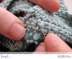 Técnica: tutorial que explica muy detalladamente como unir un forro a un bolso de crochet. Supongo que también valdrá para fundas de móviles, etc