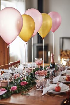 Duka till nästa tjejfest med ballonger och bjud på en lyxig brunch. Prova att kombinera toner av rosa och aprikos och duka upp en grön löpare med rosor i mitten på bordet.. Det ger verkligen hög WOW-känsla! Läs mer om dukningen på Dukat för dig hos Designonline.se Pink Table Settings, Beautiful Table Settings, Christmas Table Settings, Birthday Brunch, Birthday Dinners, Birthday Parties, Brunch Party Decorations, Birthday Table Decorations, Table Setting Inspiration