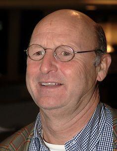Bert van Aalten (De Aal) 24-10-1949 Nederlandse zanger. Hij wordt ook wel de zingende tandarts genoemd. In 1981 scoorde hij een grote carnavalskraker met Een barg die hé un krul in de steert (een productie van Hans van Hemert). In het dagelijks leven is hij vrijgevestigd tandarts-parodontoloog.  https://youtu.be/X3acx_ypdNU