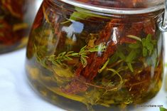 cum se face ulei aromat cu rozmarin usturoi oregano ierburi Romanian Food, Pickles, Cucumber, Chili, Recipies, Goodies, Food And Drink, Vegan, Sauces