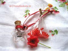 .:*・゜+.。.:*・゜+.。.:*・゜+.。.:*・゜.。.:*・゜+.。10円玉ほどの大きさしかない、小さな星型小瓶に、赤色のリボンと鈴と顔を付けました...|ハンドメイド、手作り、手仕事品の通販・販売・購入ならCreema。