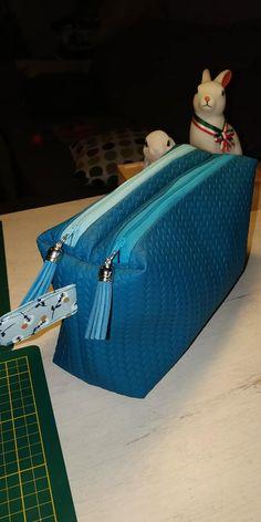 Trousse Zip-Zip en simili bleu cousue par Brigitte - Patron Sacôtin