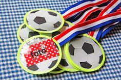 Bruna - Vol goede moed knutsel je deze leuke medailles in elkaar. Want natuurlijk haalt Nederland de finale! Benodigdheden: een printer, lint, gekleurd papier en lijm.