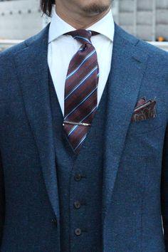 ●スリーピーススーツ スーツはネイビーのホームスパンを使用した、2つボタンのスリーピース。 ●シャツ&ネクタイ&&ネクタイピン&ポケットチーフ シャツはピンポイントオックスフォードを使用した白のホリゾンタルカラーシャツ。 ネクタイはシルク・ウールのウールタイ。 ウールタイには珍しいレジメンタル柄をチョイスしました。 このネクタイを選んだのは、まずネイビーと相性のいいワイン系であること。 更にストタイプに水色を使用していて、これまたネイビーと相性が良いことからチョイスしました。 ポケットチーフはネクタイの色をひろってワイン系のペイズリー柄をチョイス。IMG_6117-500