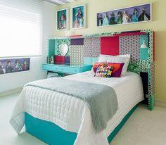O quarto de Marina, hoje com 13 anos, passou anos sendo cor-de-rosa. Mas ela cresceu e o espaço foi repaginado pela arquiteta Andrea Murao. Sobrou um sobrevivente da fase infantil: a coleção de Barbies, emolduradas em caixas e penduradas nas paredes