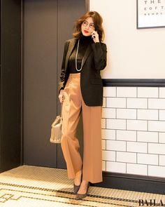 ブラックタートルスタイルに抜け感を作りたいなら、ボトムをライトカラーにするのがおすすめ。月曜の通勤なら、上品なベージュのワイドパンツで程よく女らしさもプラスして。足もとにもなじみ色のパンプスを合わせれば、パンツとつながりすらりと脚長にみえます。さらにジャケットをはおれば、会議もO・・・ Casual Work Outfits, Work Casual, Office Fashion, Work Fashion, Fashion Illustration Dresses, Winter Wardrobe, Jacket Style, Normcore, Clothes For Women