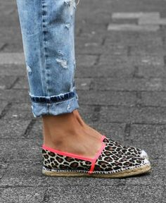 leopard print espadrilles- fun look! Zapatos Shoes, Shoes Sandals, Flat Shoes, Crazy Shoes, Me Too Shoes, Buy Shoes, Look Fashion, Fashion Shoes, Fall Fashion