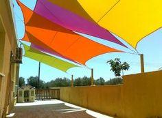Wohnidee Sonnensegel: die verschiedenen Farben sorgen für Sommer-Feeling.