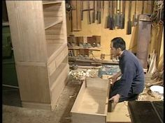 Interesting way to do fast joinery. I also like the way the woodworker holds the boards with his hands & toes! Japanese Joinery, Japanese Woodworking, Steampunk Kitchen, Oriental Design, Art N Craft, Bungalow, Furniture Design, Boards, Wood Working