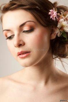 Una sposa dai capelli semi raccolti