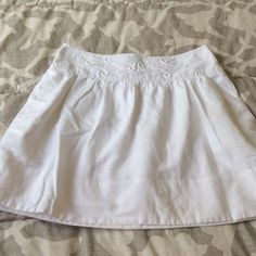 White Banana Republic Skirt with pockets!! Nautical Crochet detail on the front. Zipper back. Has pockets!! Banana Republic Skirts