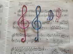 Tante piccole idee realizzate: Segnalibri musicali in filo di alluminio wire blu e rosa.
