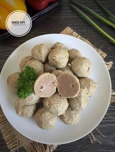 Bakso Sapi (Pakai Blender) Indonesian Sambal Recipe, Indonesian Cuisine, Beef Recipes, Cooking Recipes, Meatball Recipes, Malay Food, Western Food, Malaysian Food, Asian Desserts