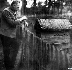 Gdyby ktoś w drodze na obchody Bitwy Warszawskiej utknął w korku albo miał dość tłumów, to zawsze pozostaje plan B. Można udać się do Sulejówka, gdzie stoi dom Józefa Piłsudskiego - pierwsza rodzinna przystań po 35 latach tułaczki.   Czytaj wiecej: http://www.wiadomosci24.pl/artykul/co_robil_po_nocach_pilsudski_drugie_zycie_marszalka_w_sulejowku_335353.html
