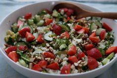 En lækker blomkålscouscous med jordbær, avocado, persille og soyamandler. Den perfekte kombination i mit hovede