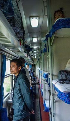 Voyage en train au cœur de la Chine. Il ya beaucoup de monde dans un seul wagon...