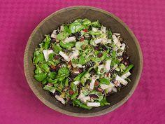 Superfood salade van veldsla, paarse wortel, rettich, superfruit, zonnebloempitten, pompoenpitten en alfalfa