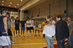 Andrea Burlandi si intrattiene con i giocatori