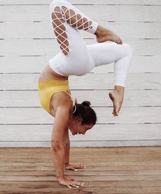 @mikiash rocking the White Interlace Legging! #aloyoga
