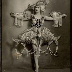 Immagine correlata Baker Image, Ziegfeld Girls, Josephine Baker, Game Of Thrones Characters, Costumes, 1920s, Inspiration, Fictional Characters, Biblical Inspiration
