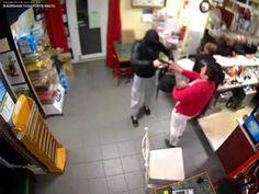 Patronii acestui bar nu s-au speriat atunci când un tâlhar cu un pistol au luat cu asalt localul pentru a cere să i se dea banii. O femeie cu un copil nu s-a lăsat impresionată de gesturile tâlharu…