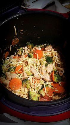 """Première fois que Nathalie abandonne son Wok pour cette recette asiatique : Nouilles sautées au poulet. """"Cela sent bon, vivement la dégustation"""". Voilà ave"""