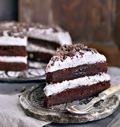 Av og til ER det enkleste det beste. Som i denne kaken som er en veldig enkel, men super god sjokoladekake lagt sammen med pisket krem med sjokoladebiter. Det blir ikke mye bedre enn dette. Det er enkelt å variere kaken også. Bruk andre typer sjokolade som Daim, Snickers og lignende. Pynt med bær eller …