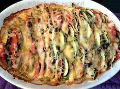 Zucchini-Auberginen-Schafskäse Auflauf (für 2 Personen) Zutaten: 1 Zucchini 1 Aubergine 2 große Tomaten 250 g Schafskäse 100 g geriebener Käse, z.B. Gouda Salz, Pfeffer, * Laune gut, alles gut Gew…