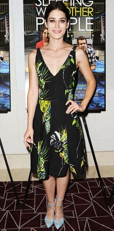 Lizzy Caplan went for a tropical aesthetic for the Sleeping With Other People screening with a playful printed Proenza Schouler number, adding a touch of eccentricity with gilded earrings and sky blue lace-up Bionda Castana pumps.