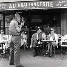 "Jean Seberg and Jean-Luc Godard on the set of "" A Bout de Souffle "" - Photo by Raymond Cauchetier - Les Champs-Elysées, Paris - 1959 Jean Seberg, New Wave Cinema, I Love Cinema, Jeanne Moreau, Mia Farrow, Iowa, French New Wave, Divas, Jean Luc Godard"