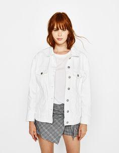 Tu look más cool con las chaquetas de mujer de otoño de Bershka. Parkas, blazers, cazadoras o chaquetas bombers, biker y acolchadas para el día a día.