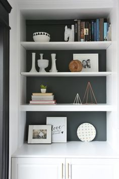 How To Design and Build Gorgeous DIY Fireplace Built Ins Trying to figure out how to style your shelves? Make these DIY geometric triangle sculptures out of skewers, hot glue, and spray paint. Built In Around Fireplace, Fireplace Built Ins, Diy Fireplace, Living Room With Fireplace, Fireplace Shelves, Built In Shelves Living Room, Bookshelves Built In, Build In Shelves, Shelves Built Into Wall