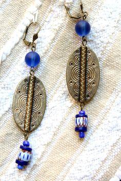 Boucles d'oreilles  africaines, ethniques, tribales, bronze et bleu. Perles africaines et bronze .Création unique