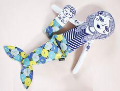Perle de sirène et ses merbaby sont des poupées en tissu. Elle est inspirée par illustration scandi décoratif et jeux pour enfants. Elle est fabriquée à partir d'un doux blanc 100 % coton et bourrée avec le meilleur jouet de poly qualité farce. Les dessins sont réalisés par mes soins et imprimé en sérigraphie sur le tissu à l'encre à base d'eau respectueux de l'environnement.  Sa queue est faite de coton courtepointe japonais exquis dans les tons de jaune, bleu et or.  S'il vous plaît voir…