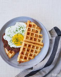 Waffle breakfast sandwich with chorizo. Get this and more delicious southern rec Waffle breakfast sandwich with chorizo. Get this and more delicious southern recipes here. Source by purewow Breakfast Waffles, Breakfast For Dinner, Breakfast Recipes, Breakfast Ideas, Breakfast Dessert, Dessert Food, Brunch Recipes, Dinner Recipes, Dinner Dessert